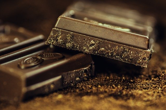 Schokolade raspeln mit einer Reibe